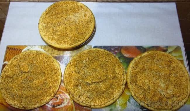 """Коржи для торта """"Королевский"""" с безе и грецкими орехами уже испеклись."""