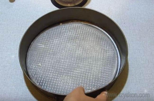 Не забудьте смазать форму ля выпечки коржей для королевского торта с безе маслом или маргарином.