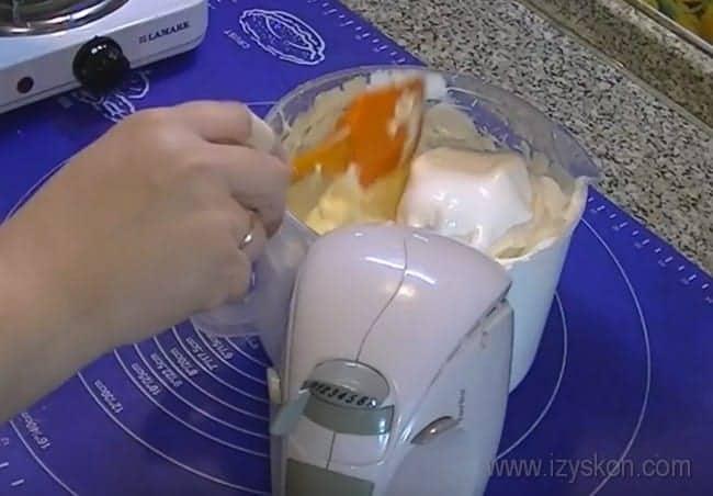 """А теперь соединяем масло и белки, чтобы приготовить крем для торта """"Птичье молоко""""."""