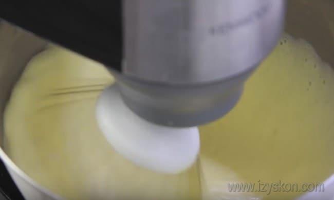 Узнайте, как испечь торт Сникерс в домашних условиях.