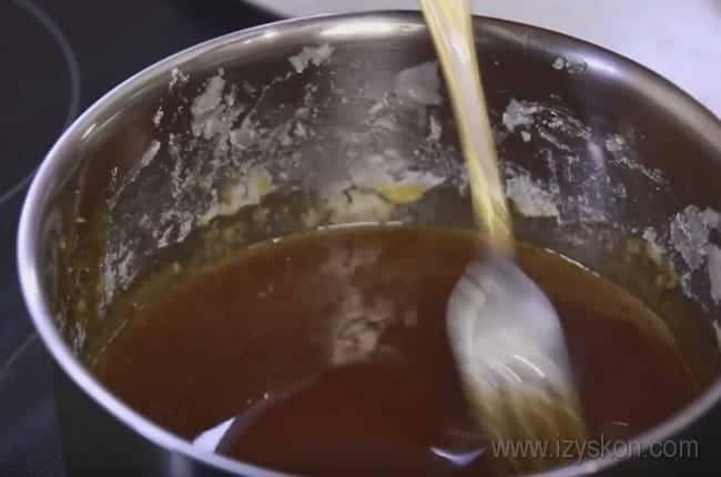 Вот какой насыщенный цвет должен быть у карамели для приготовления крема для торта Сникерс с безе и орехами.