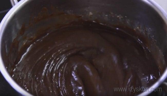 Шоколадный ганаш, которым мы будем покрывать наш торт Сникерс с безе и орехами, уже готов.