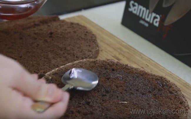 Коржи для торта Сникерс с безе и орехами пропитываес кофе.