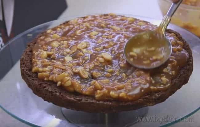 Надеемся, наши пошаговые инструкции помогут вам узнать, как испечь торт Сникерс.