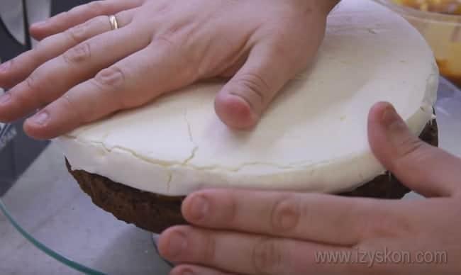 Сборку воздушного торта Сникерс с безе вы можете посмотреть также в видео-рецепте.
