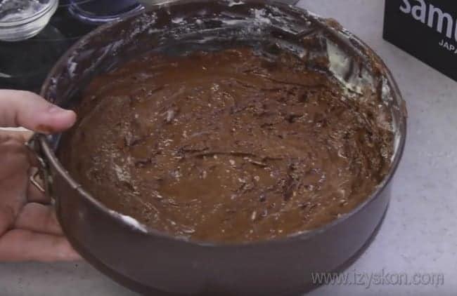 Испечем бисквитный корж для приготовления торта Сникерс с безе и орехами.