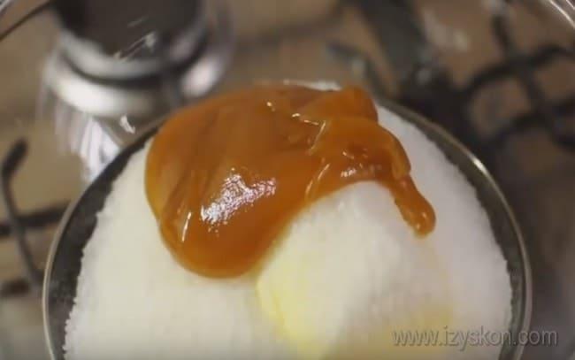 """Предлагаем простой рецепт торта """"Медовик"""" с вареной сгущенкой."""