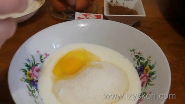 Для приготовления торта в мультиварке яйца взбейте с сахаром.