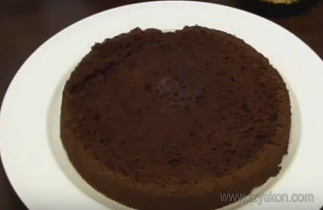 Приступим к сборке нашего трюфельного торта с безе.