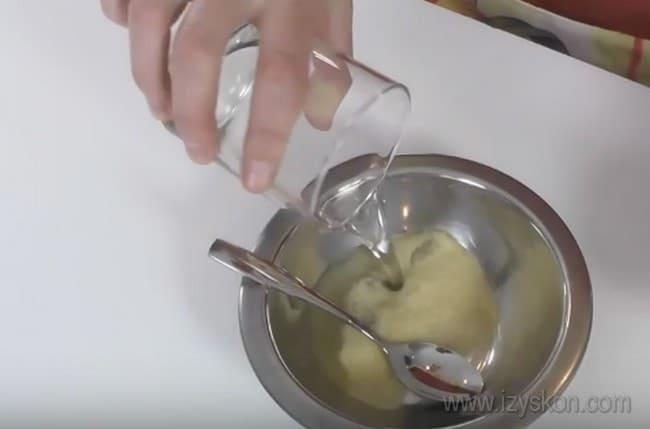 Творожный крем со сметаной для торта проще всего приготовить с желатином, который выступает в роли загустителя.