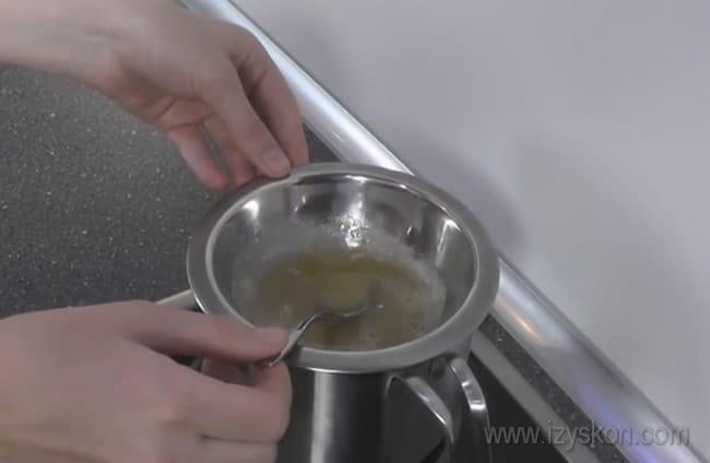 Желатин для приготовления творожно-сметанного крема для торта немного разогреваем до жидкого состояния.
