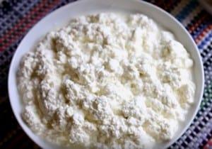 Если вы решили приготовить творожный крем со сметаной для торта, позаботьтесь о том, чтобы выбрать натуральный творог.