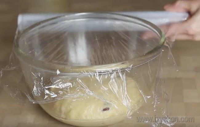теперь оставляем тесто для кулича из творога в теплом месте, чтобы оно подошло.