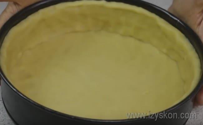 Чтобы приготовить пирог с творогом в духовке по этому рецепту, выкладываем тесто в форму и делаем достаточно высокие бортики.