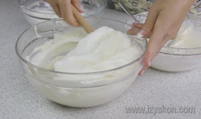 Аккуратно смешиваем все ингредиенты для пышной начинки для нашего простого и вкусного пирога с творогом в духовке.
