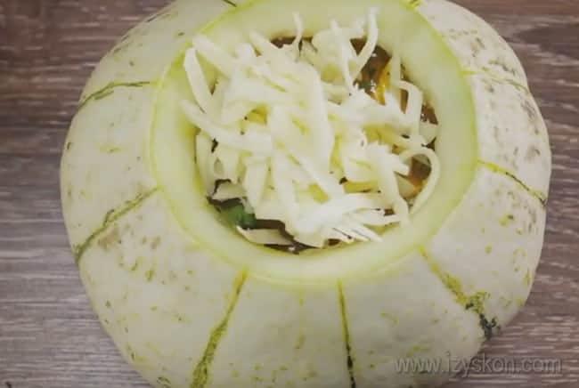 Тыкву с мясом можно также посыпать тертым сыром.
