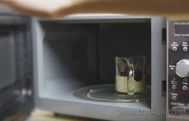 Ставим наш маффин в чашке в микроволновке.