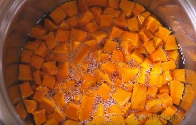 Готовя варенье из тыквы с ябоками на зиму, проследите за тем, чтобы из тыквы выделилось достаточное количество сока.