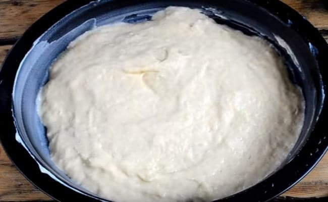 Смазываем форму и равномерно выкладываем в нее половину тесто.
