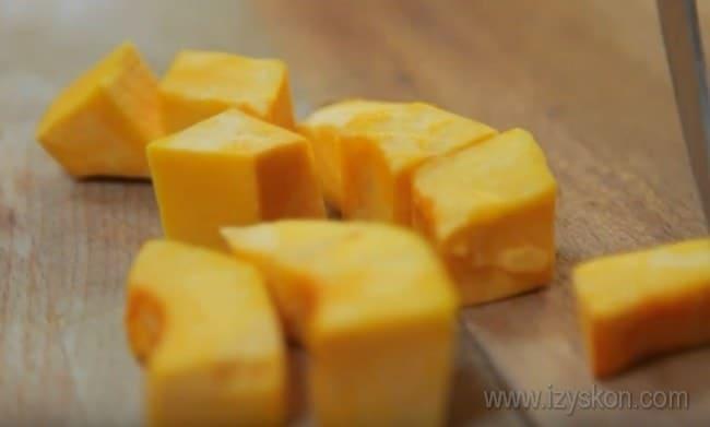 Очень вкусной получается также сладкая жареная тыква на сковороде.