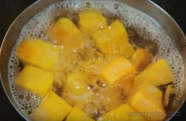Чтобы приготовить сладкую жареную тыкву на сковороде, ее предварительно надо несколько минут отварить.