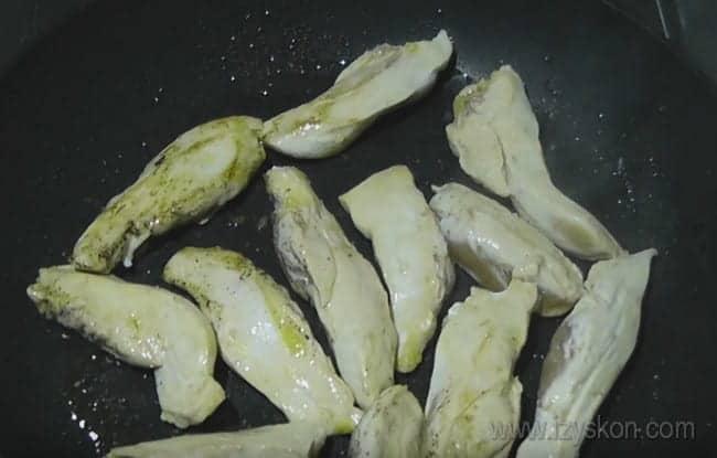 Чтобы приготовить жареную на сковороде курицу с тыквой, сначала немного обжарим филе.