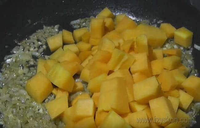 Это блюдо из тыквы с курицей получается очень вкусным.