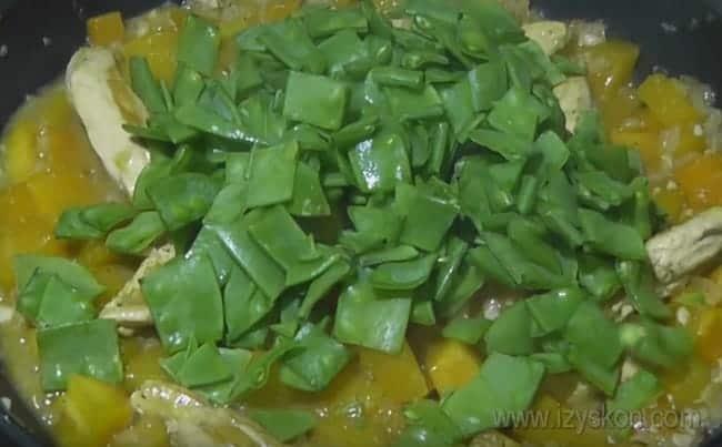 Добавим в наше блюдо из курицы с тыквой нарезанный зеленый горошек.