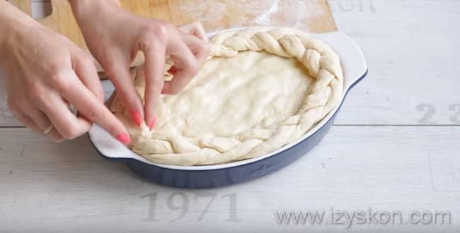Пирог с капустой из дрожжевого теста смазываем верх слегка взбитым яйцом