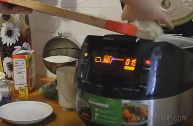 Заливной пирог с консервированной рыбой можно быстро приготовить в мультиварке.