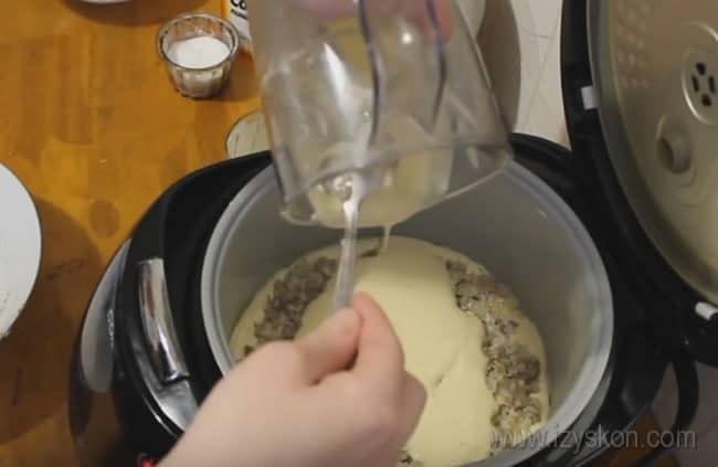 Выливаем оставшееся тесто, включаем мультиварку и печем наш наливной пирог с рыбными консервами.