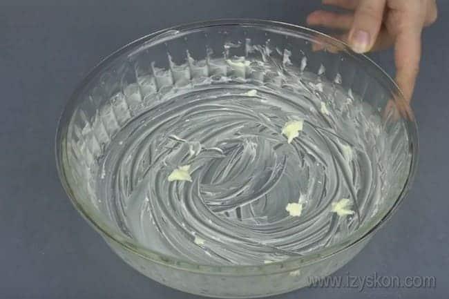 Форму для выпекания заливного пирога с капустой на сметане смазываем маслом.