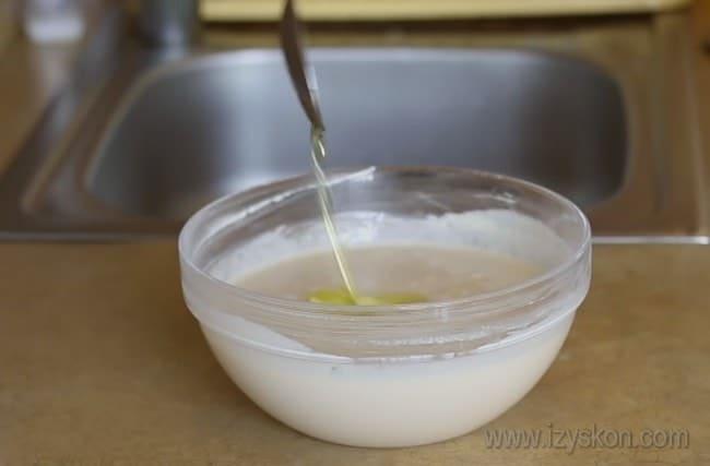 В тесто для заливного пирога с мясом на кефире по этму рецепту добавляем растительное масло.