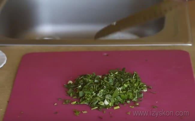 В начинку для заливного пирога с мясом на кефире по этому рецепту входит также свежая зелень