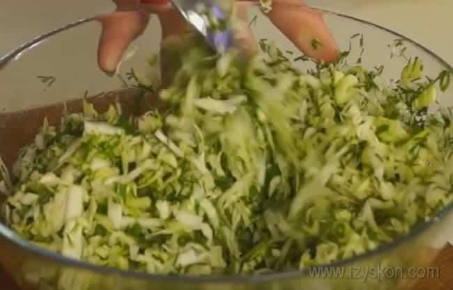 В начинку для приготовления заливного пирога с мясом и капустой добавим зелень.
