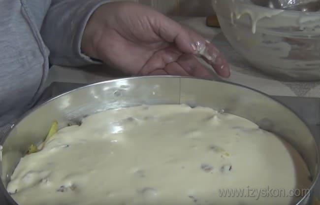 А теперь отправляем наш заливной пирог с рыбными консервами и картошкой на кефире в духовку.
