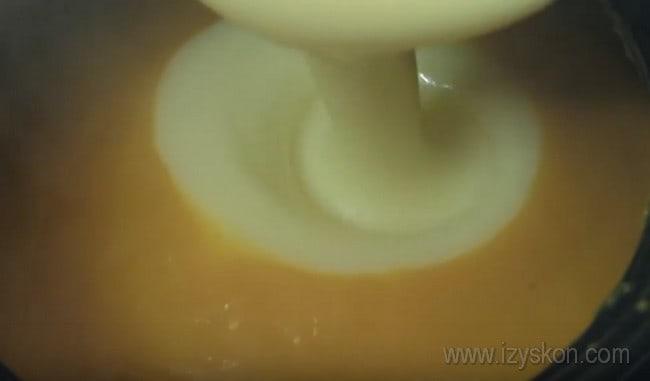 Добавляя желтки в тесто для запеканки из тыквы с манкой, которую мы будем готовить в духовке, проследите, чтобы оно не было слишком горячим.
