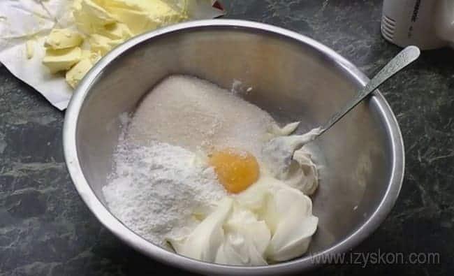 Посмотрите у нас видео о том, как приготовить заварной крем для торта Наполеон.