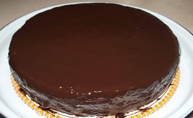 Готовый торт ставим в холодильник пропитываться.