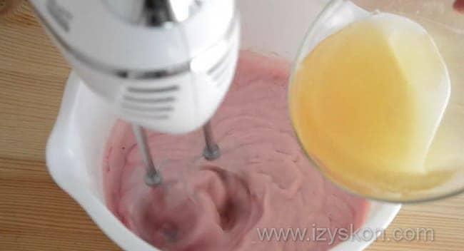 Взбиваем миксером йогурт с желатином