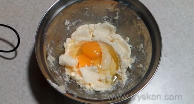 Взбиваем яйца с маслом и сахаром
