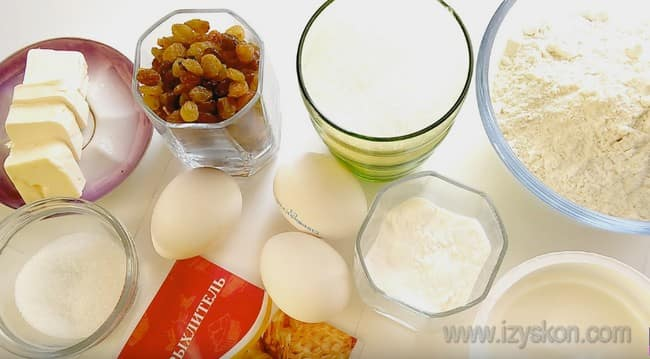 Вот все ингредиенты, которые понадобятся нам для приготовления кекса на сметане с изюмом.