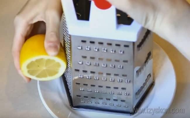 очень вкусным получается также кекс на сметане в мультиварке, особенно, если добавить в тесто лимонную цедру.