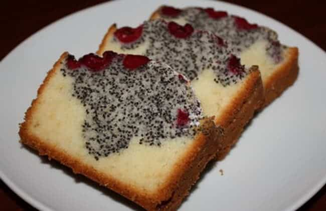 С маком и вишней получается очень вкусный кекс