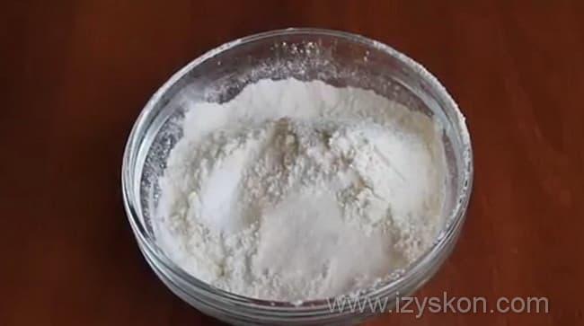 Муку смешиваем с разрыхлителем, солью и ванильным сахаром