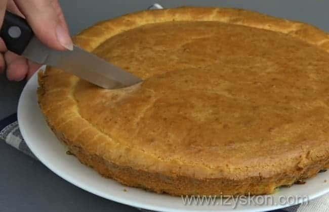 Разрезаем на порции капустный пирог для ленивых, приготовленный по простейшему рецепту