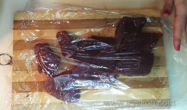 Отбиваем мясо говядины, накрыв его пищевой пленкой