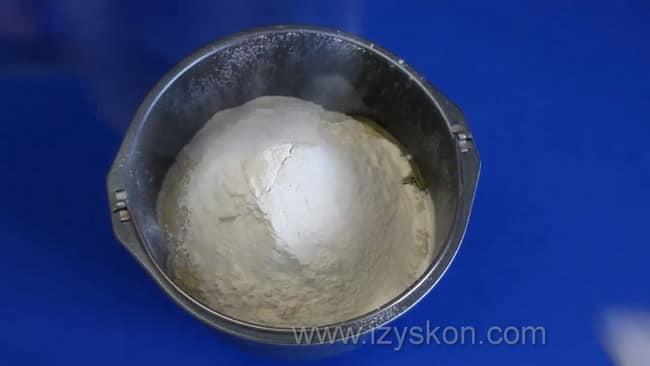 Для приготовления песочного пирога с вареньем в мультиварке добавьте в тесто муку.