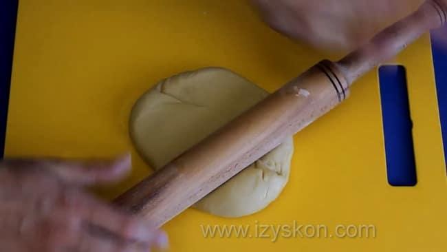 Для приготовления песочного пирога с вареньем в мультиварке раскатайте тесто.
