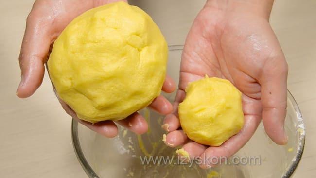 Готовое тесто для приготовления песочного теста с вареньем.